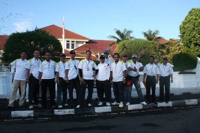 Foto Bersama didepan Gedung Bupati Cirebon Panitia Sepeda Sehat 2012 dalam rangka HUT Kabupaten Cirebon ke 530